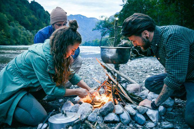 """Aufregende Geschenkidee: """"Back to the roots"""" heißt es beim Survival-Training im Wald."""