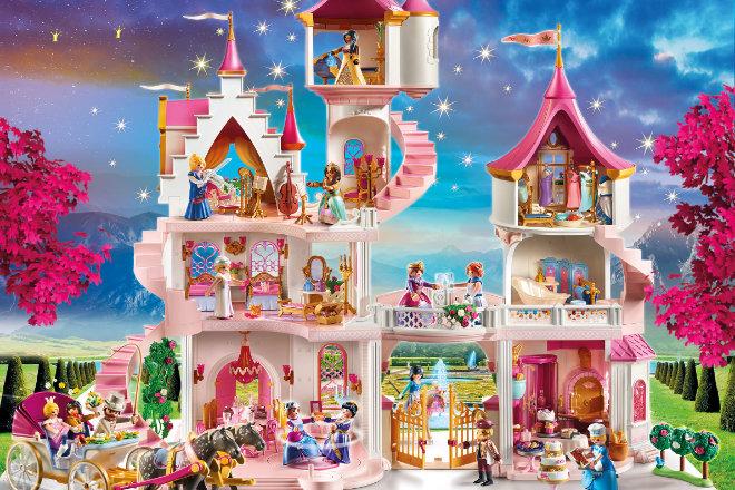 Das prunkvolle Schloss mit großen Zimmern, eleganter Freitreppe und vielfältigen Zubehörsets zum Einrichten und Dekorieren bietet Prinzen und Prinzessinnen ein prächtiges Zuhause.