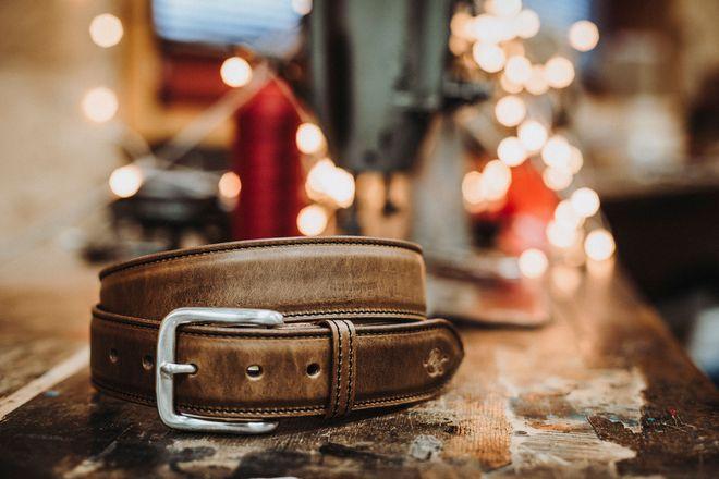 Gürtel aus hochwertigem Leder können ein exklusives, stylisches Weihnachtsgeschenk sein.