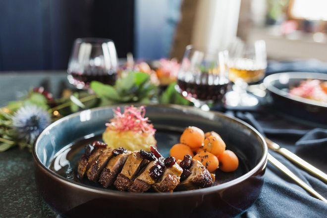 Das Hauptgericht sind Entenstreifen mit getrüffelten Karotten und Mini-Kartoffelgratin.